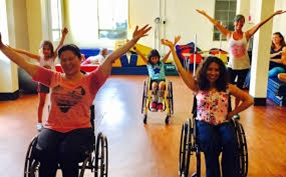 Tanzende Menschen, einige sitzen im Rollstuhl
